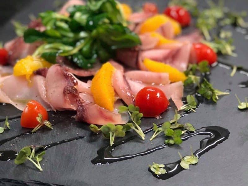 Mariniertes Schwertfischcarpaccio mit Orangen und Cocktailtomaten
