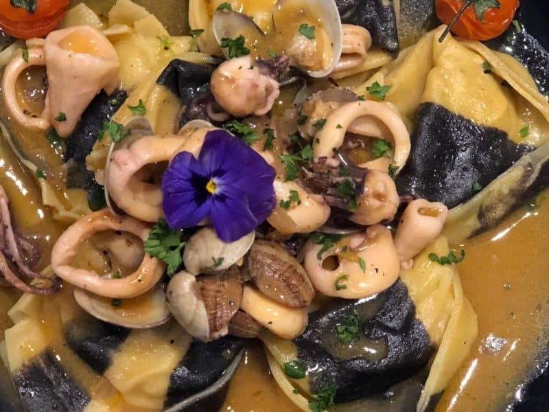 Gefüllte Pasta mit Venusmuscheln und Calamari